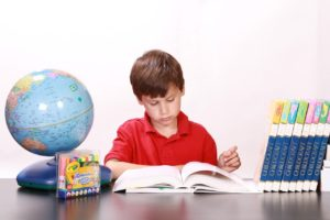 勉強する白人の子供